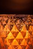 Lumière de bougie dans un vase tacheté à ouragan photos stock