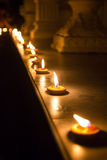 Lumière de bougie de brun de rangée Image libre de droits