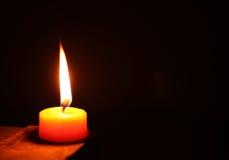 Lumière de bougie de cercle d'isolement sur le fond noir Photographie stock libre de droits