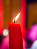 Lumière de bougie de cire de couleur rouge Photo libre de droits