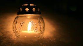 Lumière de bougie de Noël dans la neige banque de vidéos