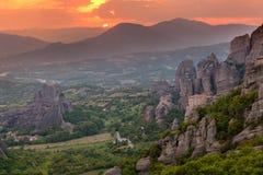 Lumière de coucher du soleil au-dessus des monastères de Meteora, Grèce Photo stock