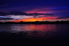 Lumière de coucher du soleil sur la rivière Image stock