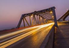 Lumière de faisceau de pont de Krungthep le soir photographie stock libre de droits