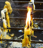 Lumière de flamme de bougie dans le temple photographie stock