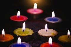 Lumière de flamme de bougie la nuit avec le fond de nuit Photographie stock libre de droits