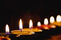 Lumière de flamme de bougie la nuit avec le fond de nuit Images stock