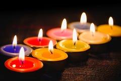 Lumière de flamme de bougie la nuit avec le fond de nuit Image libre de droits