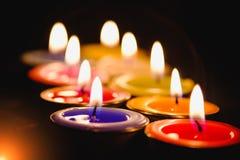 Lumière de flamme de bougie la nuit avec le fond de nuit Image stock