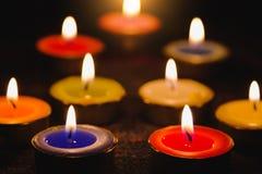 Lumière de flamme de bougie la nuit avec le fond de nuit Photos stock