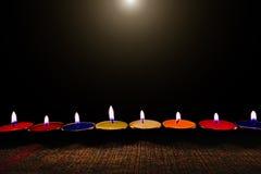Lumière de flamme de bougie la nuit avec le fond de nuit Images libres de droits