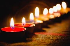 Lumière de flamme de bougie la nuit avec le fond de nuit Photo stock
