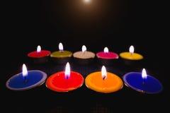 Lumière de flamme de bougie la nuit avec le fond de nuit Photographie stock