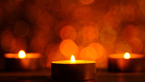 Lumière de flamme de bougie la nuit avec les lumières de Noël circulaires abstraites de fond de bokeh Photographie stock libre de droits