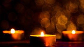 Lumière de flamme de bougie la nuit avec les lumières de Noël circulaires abstraites de fond de bokeh Images libres de droits