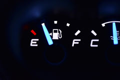 Lumière de jauge de carburant dans la voiture Photographie stock libre de droits