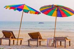 Lumière de jour sur le ciel d'espace libre de plage avec le parapluie de couleur Images libres de droits
