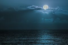 Lumière de lune bleue se reflétant outre de l'océan Moonligh crépusculaire romantique Photographie stock