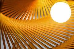 Lumière de luxe en bois de lampe avec l'éclairage chaud Images libres de droits