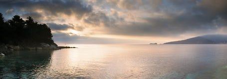 Lumière de matin à la mer photographie stock libre de droits