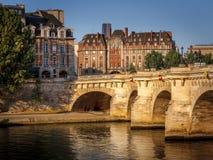 Lumière de matin au-dessus de la rivière la Seine, Pont Neuf et Ile de la Cit image stock