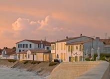 Lumière de matin sur le rivage d'un village de pêche Photo stock