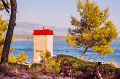 Lumière de mer de balise de port sur la côte photographie stock