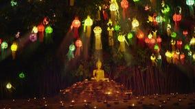 Lumière de moine par bougies pour prier le Bouddha dans le temple, Chiang Mai, banque de vidéos