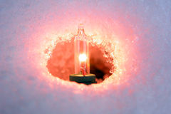 Lumière de Noël dans la neige images libres de droits