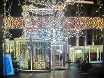 Lumière de Noël et marché de Moscou la nuit pendant la nouvelle année Image stock