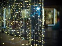Lumière de Noël et marché de Moscou la nuit pendant la nouvelle année Photographie stock libre de droits