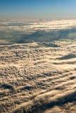 Lumière de nuages et ciel bleu Photographie stock
