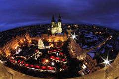 Lumière de nuit à Prague Marchés de Noël dans la vieille place de Prague image stock