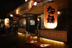 Lumière de nuit de boutique de rue de Séoul de photo image stock