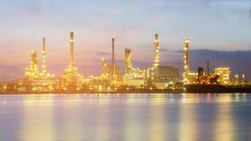Lumière de nuit d'avant de rivière de raffinerie de pétrole Photos libres de droits