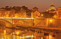 Lumière de nuit sur le fleuve de Tiber Photo stock