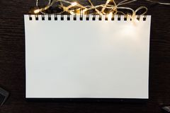 Lumière de papier en spirale de bloc-notes et de guirlande l'atmosphère des vacances et de la nouvelle année, photographie stock