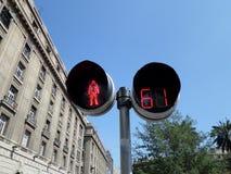 Lumière de passage piéton de Pedestrial au Chili avec le bâtiment à l'arrière-plan Photographie stock
