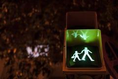 Lumière de signe de passage pour piétons dessus pour des écoliers Images libres de droits