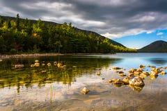 Lumière de soirée chez Jordan Pond en parc national d'Acadia, Maine Photographie stock libre de droits