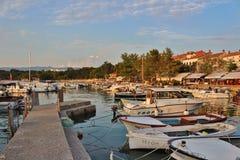 Lumière de soirée dans Njivice sur Krk Image libre de droits