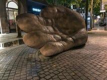 Lumière de soirée sur la sculpture géante en main, Anvers, Belgique Photo stock