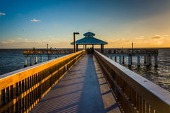 Lumière de soirée sur le pilier de pêche dans le fort Myers Beach, la Floride Image libre de droits