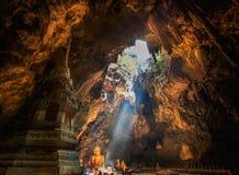Lumière de Sun dans la caverne chez Khaoluang Photos stock