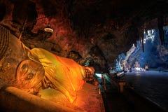Lumière de Sun dans la caverne chez Khaoluang Images stock