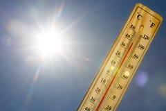 Lumière de Sun de la chaleur d'été de thermomètre à mercure Photos stock