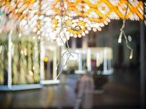 Lumière de tache floue de Noël et marché de Moscou la nuit pendant la nouvelle année Photographie stock