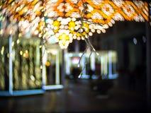 Lumière de tache floue de Noël et marché de Moscou la nuit pendant la nouvelle année Images libres de droits