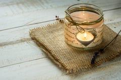 Lumière de thé dans le pot en forme de coeur avec la ficelle, brindille de lavande, Valentine, jour du ` s de mère, anniversaire, Photo stock