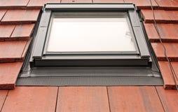 Lumière de toit de Velux sur des tuiles Photos libres de droits